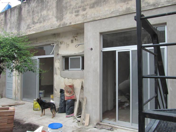 REMODELACION Y AMPLIACION CASA EN AVELLANEDA: Casas de estilo  por Arquitecta MORIELLO,