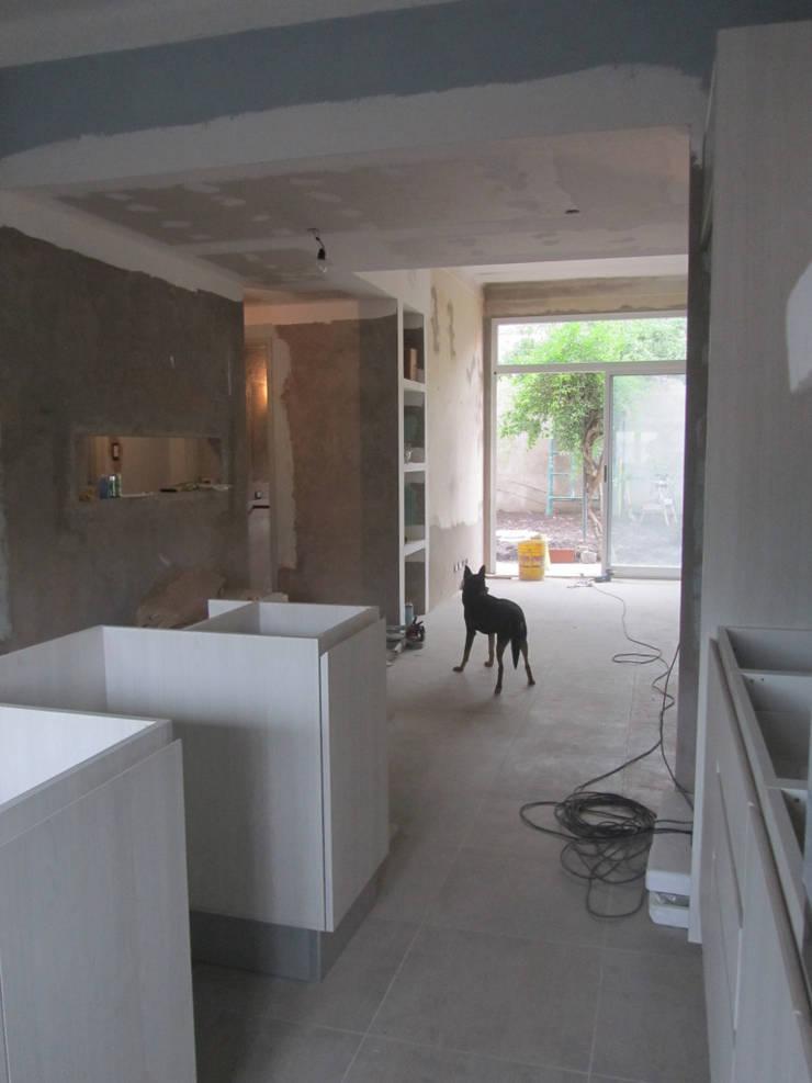 REMODELACION Y AMPLIACION CASA EN AVELLANEDA: Comedores de estilo  por Arquitecta MORIELLO,