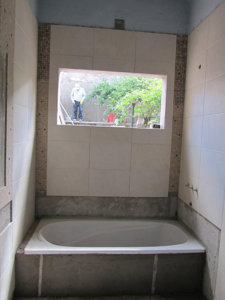 REMODELACION Y AMPLIACION CASA EN AVELLANEDA: Baños de estilo  por Arquitecta MORIELLO,
