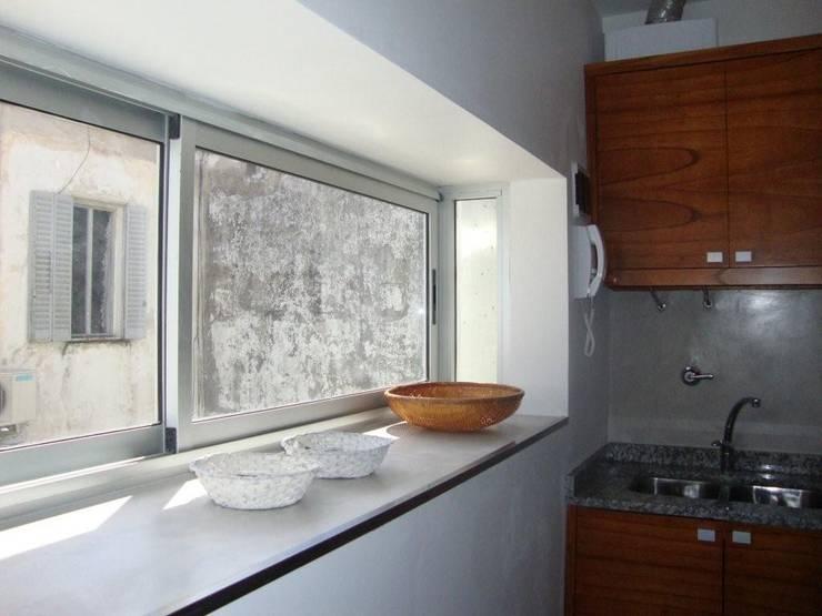 REMODELACION DEPARTAMENTO EN BELGRANO: Cocinas de estilo  por Arquitecta MORIELLO