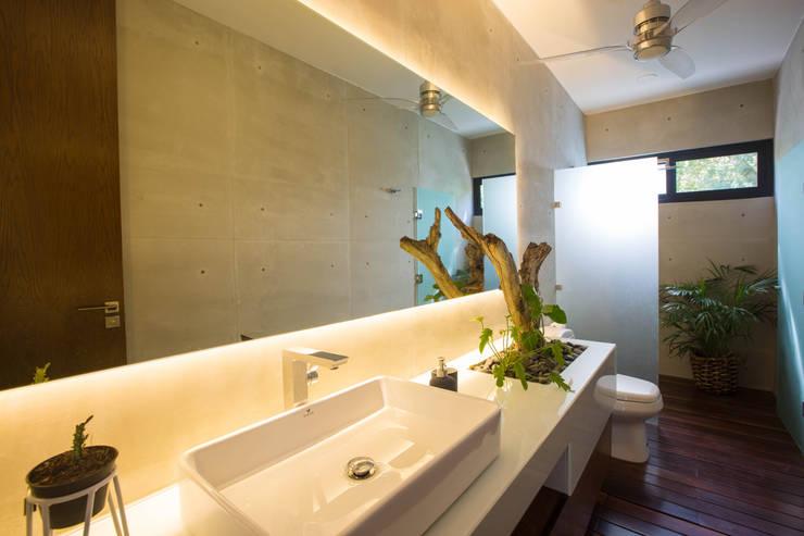 Baños de estilo moderno por FGO Arquitectura