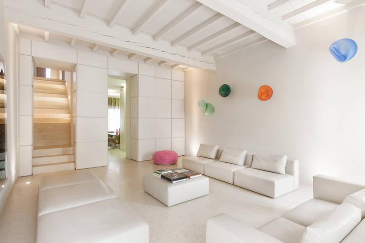 Salas de estilo moderno por studio di architettura DISEGNO