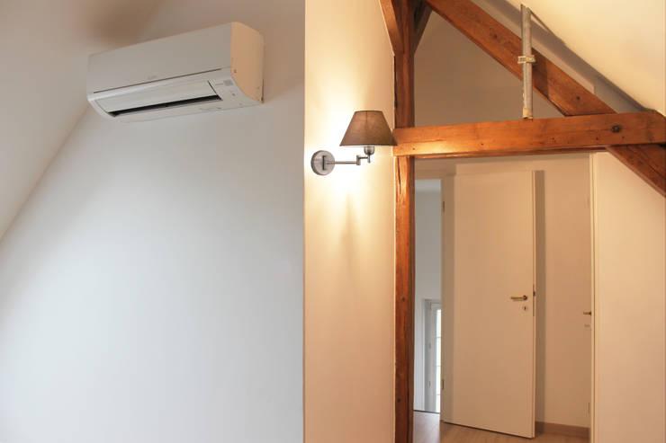 Modern Corridor, Hallway and Staircase by Agence ADI-HOME Modern