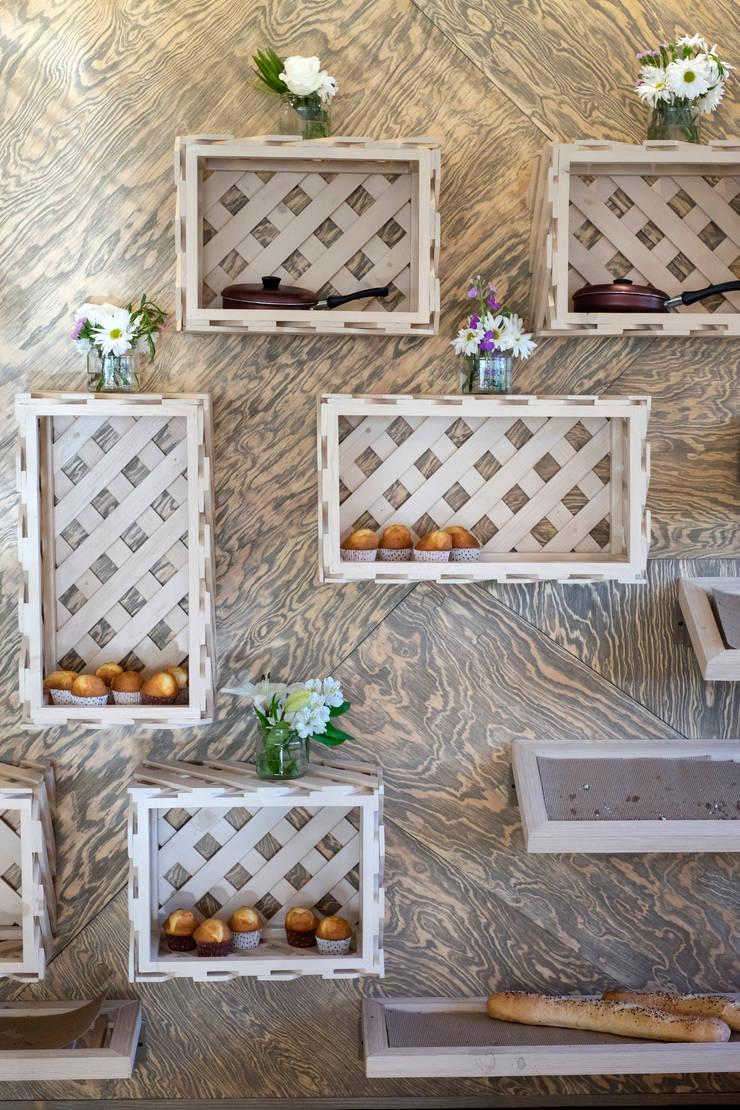 La Panadería: Centros Comerciales de estilo  por Macizo Carpintería