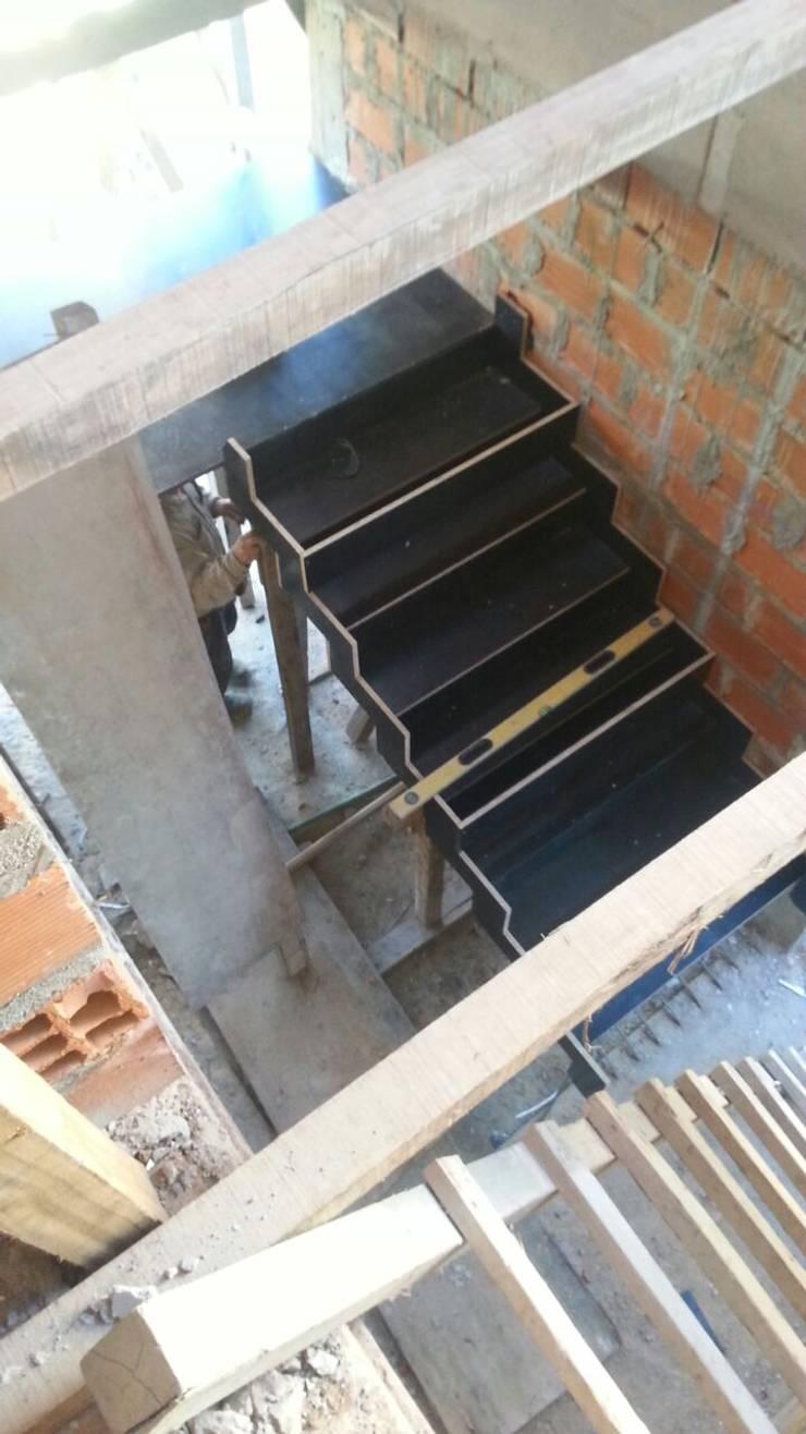 Encofrado escalera: Pasillos y recibidores de estilo  por Estudio Morphe,
