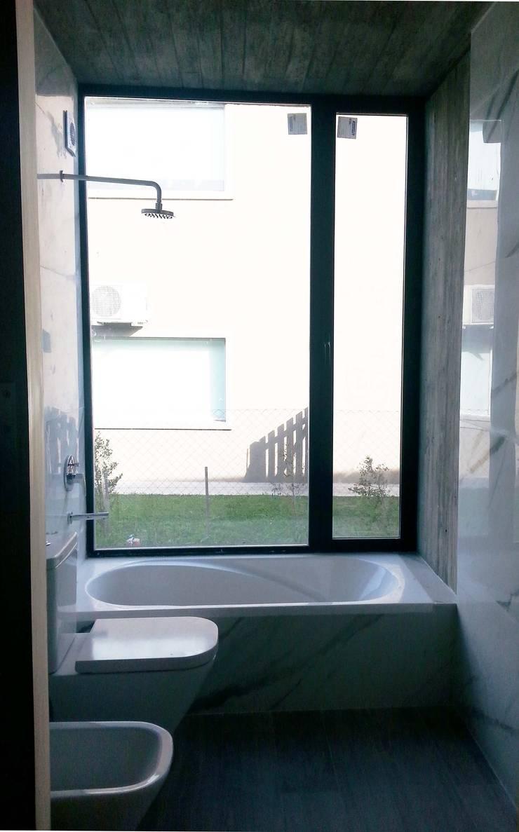 Baño: Baños de estilo  por Estudio Morphe