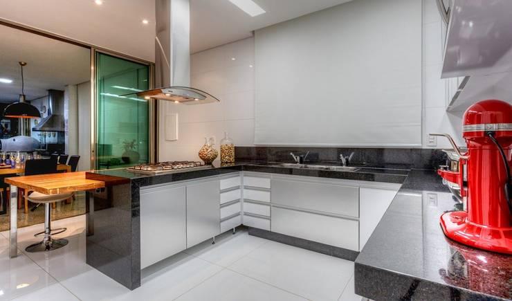 Cozinha branca e inox: Cozinhas  por JANAINA NAVES - Design & Arquitetura,Eclético