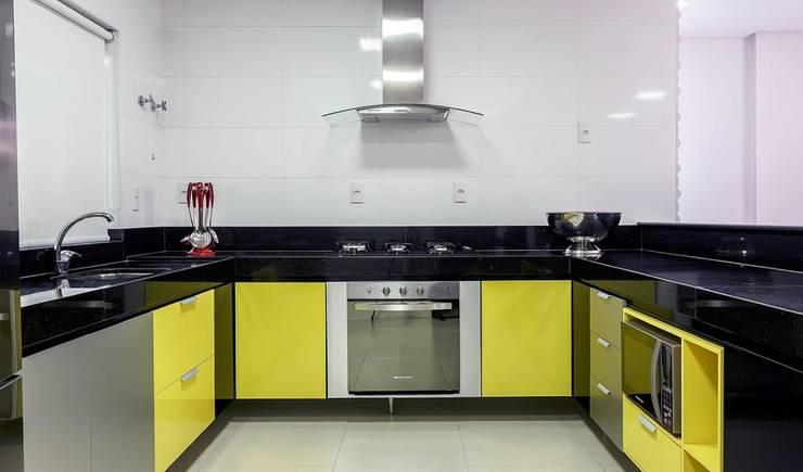 Cozinha amarela: Cozinhas  por JANAINA NAVES - Design & Arquitetura,Eclético