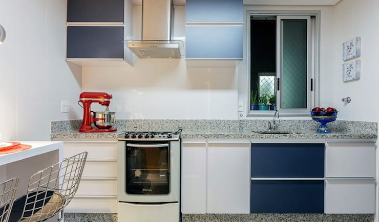 Cozinha azul: Cozinhas  por JANAINA NAVES - Design & Arquitetura,Eclético