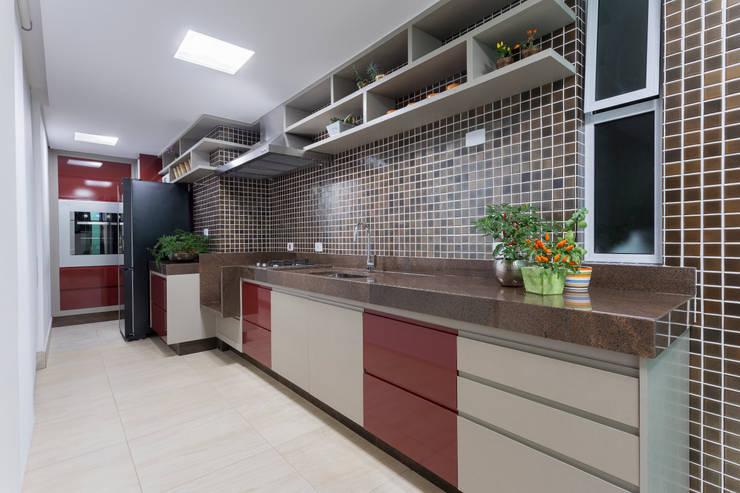 Cozinha vermelha: Cozinhas  por JANAINA NAVES - Design & Arquitetura,Eclético