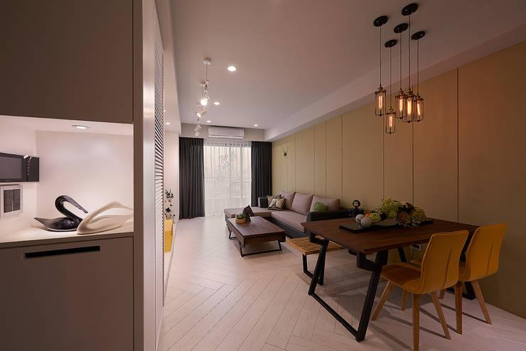 玄關、客廳、沙發背牆與木地板:  走廊 & 玄關 by 趙玲室內設計