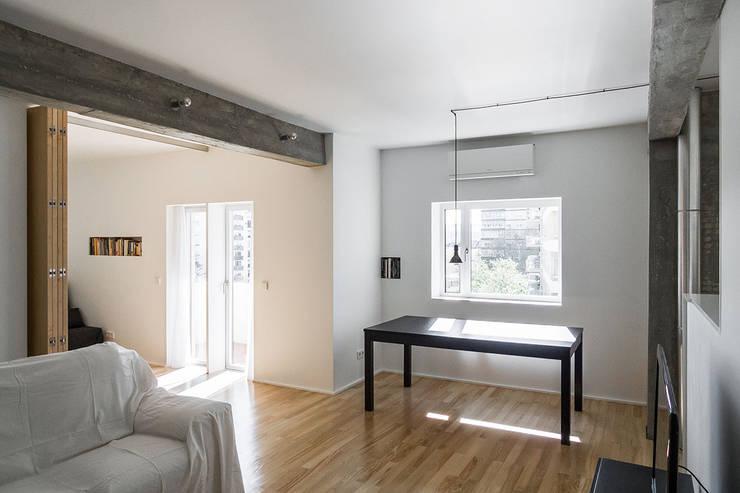 Apartamento Odivelas: Salas de estar  por Miguel Marcelino, Arq. Lda.