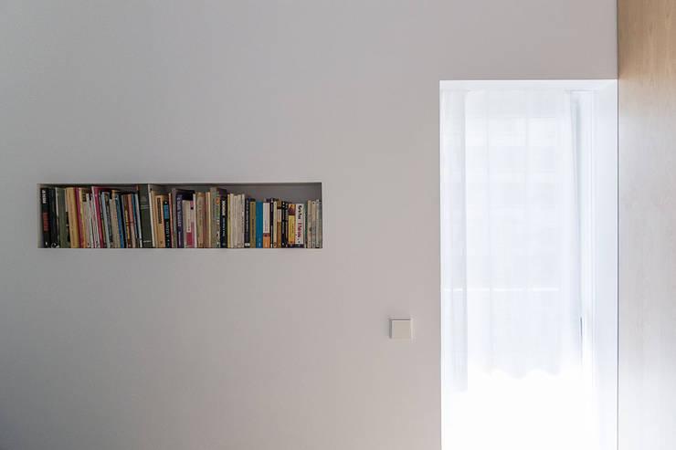 Apartamento Odivelas: Corredores e halls de entrada  por Miguel Marcelino, Arq. Lda.