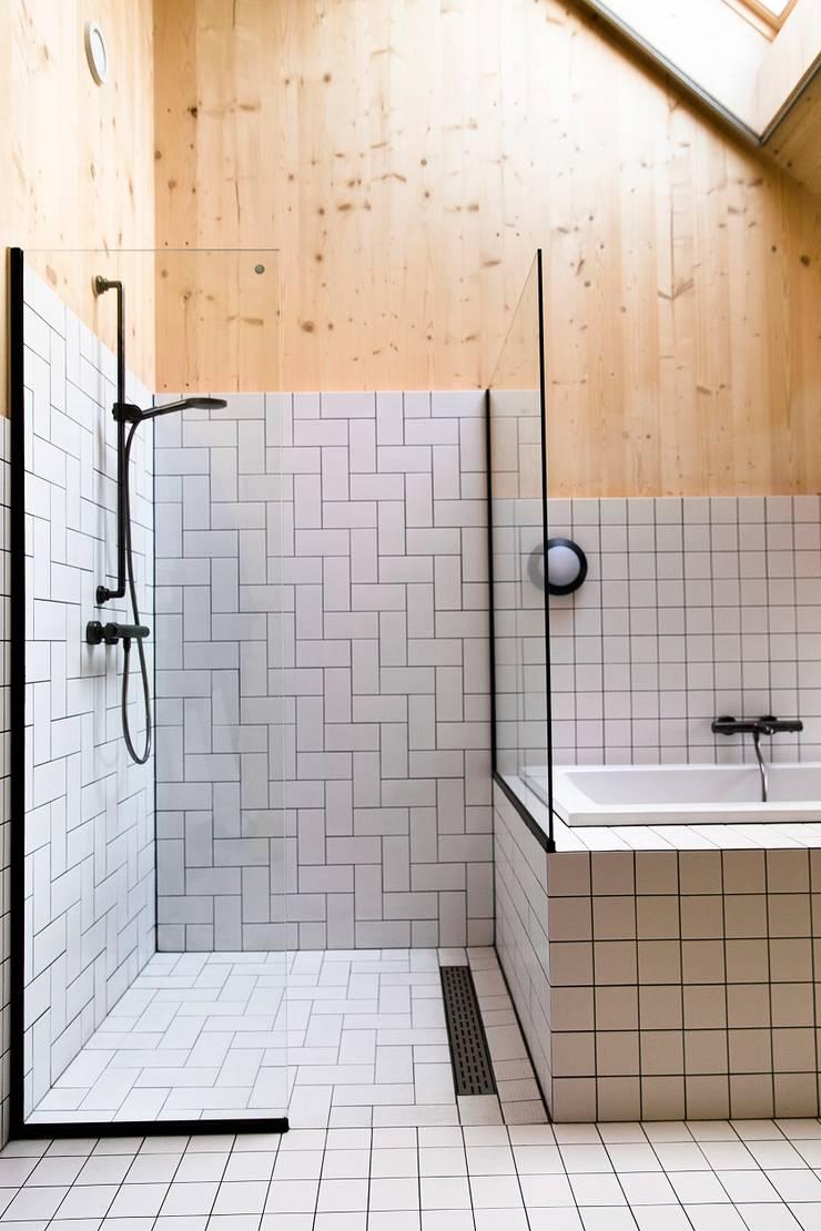 Dear Farm:  Badkamer door VIVA Architecture, Minimalistisch Tegels