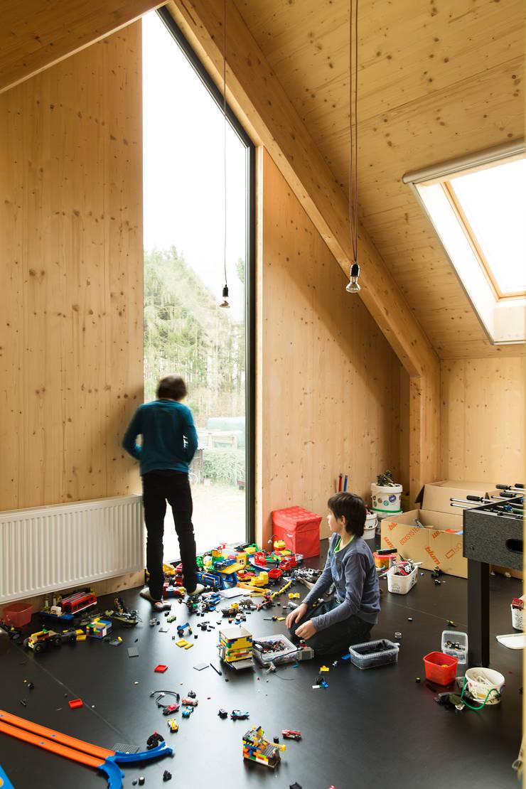 Dear Farm:  Kinderkamer door VIVA Architecture, Modern