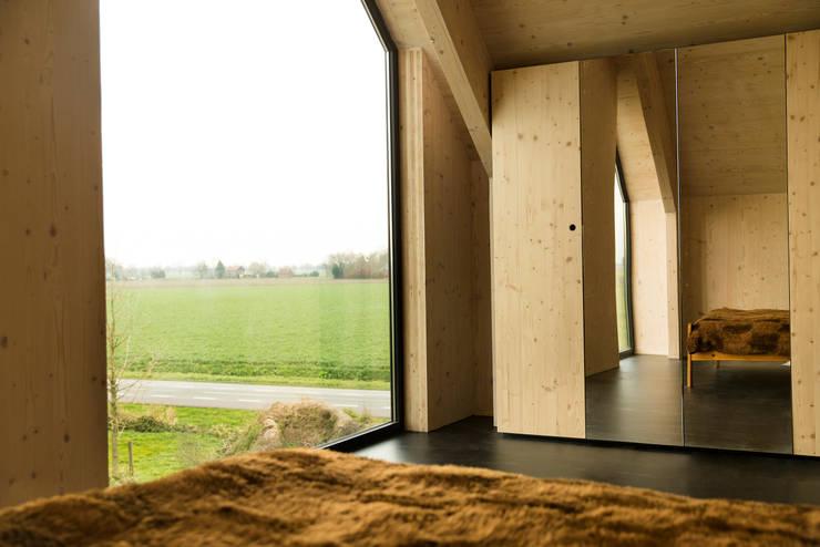 Dear Farm:  Slaapkamer door VIVA Architecture, Modern