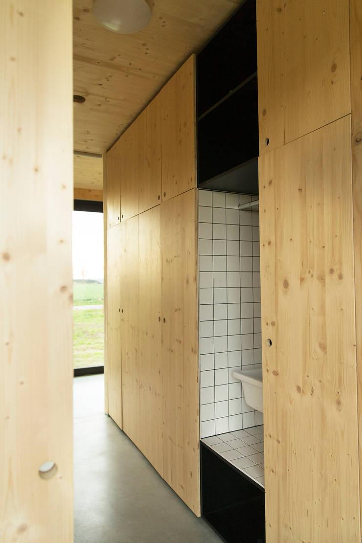 Dear Farm:  Gang en hal door VIVA Architecture, Modern