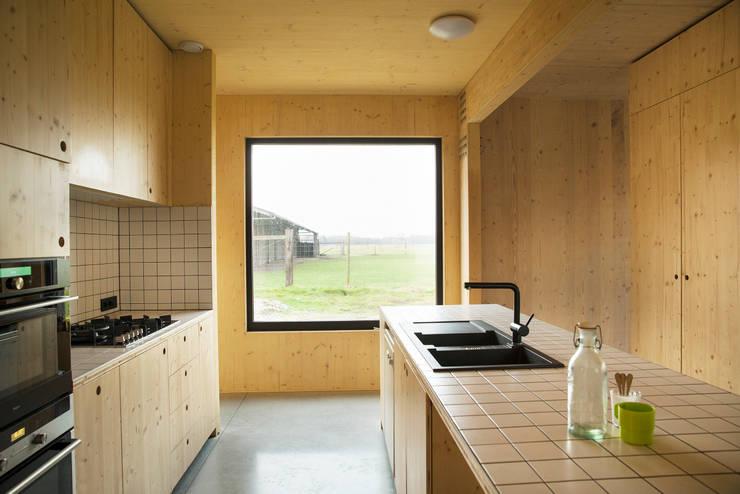 Dear Farm:  Keuken door VIVA Architecture, Modern
