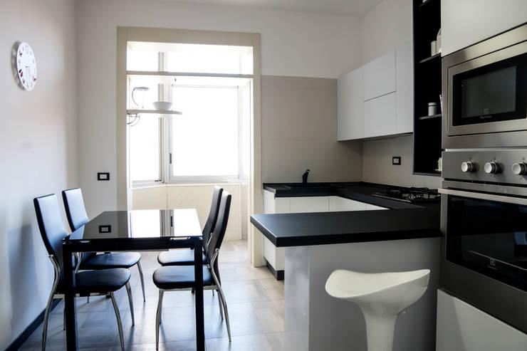 Polihouse : Cucina in stile  di LB Design e Allestimenti