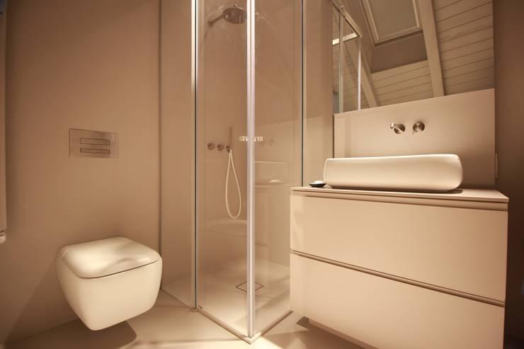 CASA CAVALESE: Bagno in stile  di studio di architettura DISEGNO