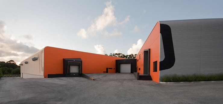 Armazém de Calçado: Escritórios e Espaços de trabalho  por FILIPE SARAIVA - ARQUITECTOS, LDA