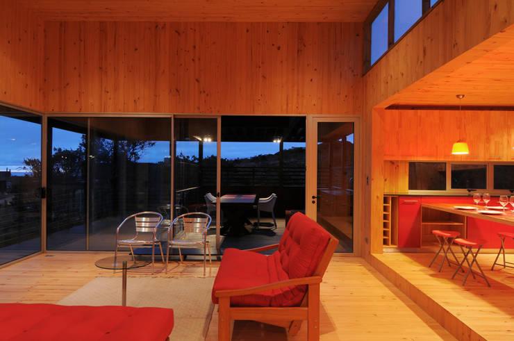 Casa Tunquén: Livings de estilo minimalista por Nicolas Loi + Arquitectos Asociados
