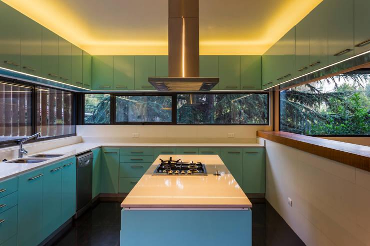 Casa Lo Curro: Cocinas de estilo  por Nicolas Loi + Arquitectos Asociados