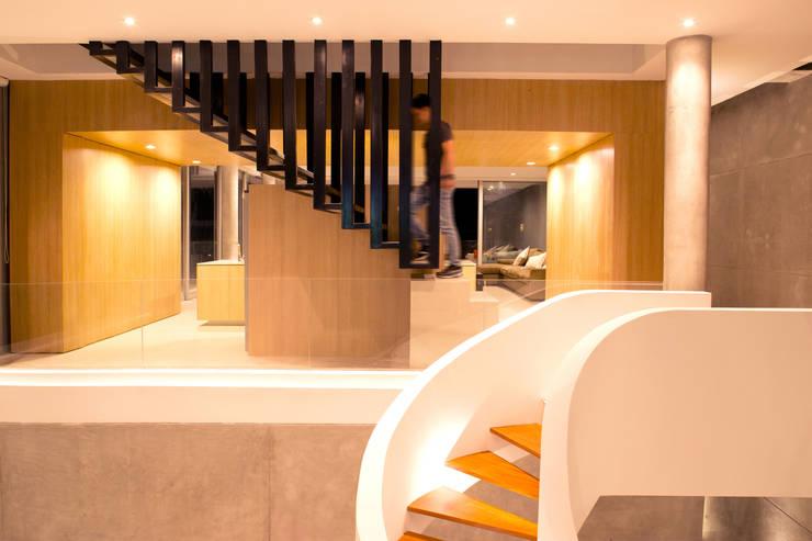 Vestíbulos, pasillos y escaleras de estilo  de Chetecortés