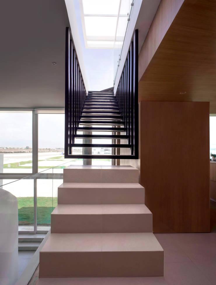 UP-2 ESCALERA: Vestíbulos, pasillos y escaleras de estilo  por Chetecortés