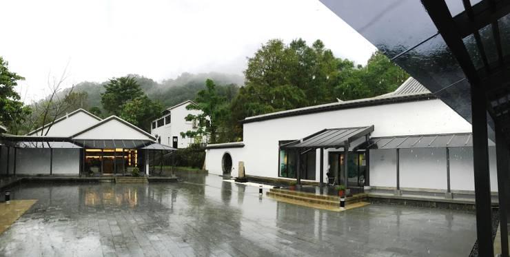 山嵐,雨中茶博:   by 薛晉屏建築師事務所