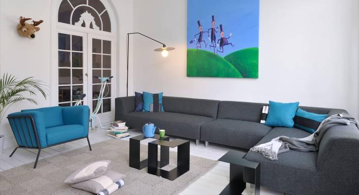 MIT sofa - PLOUF fauteuil - JIGSAW bijzettafel - DISK lamp - KNITTED tapijt:  Woonkamer door MOOME
