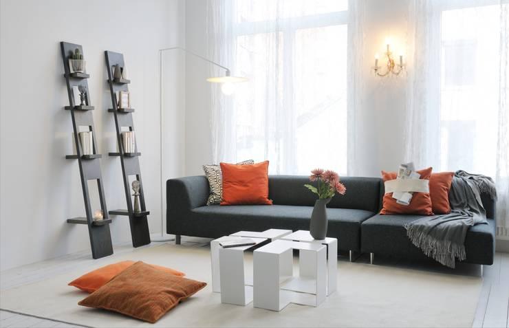 MIT sofa - JIGSAW salon/bijzettafels - DISK lamp - LEAN rekken:  Woonkamer door MOOME