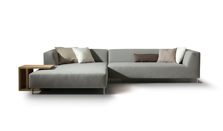 MIT sofa & CHARLES bijzettafel:  Woonkamer door MOOME