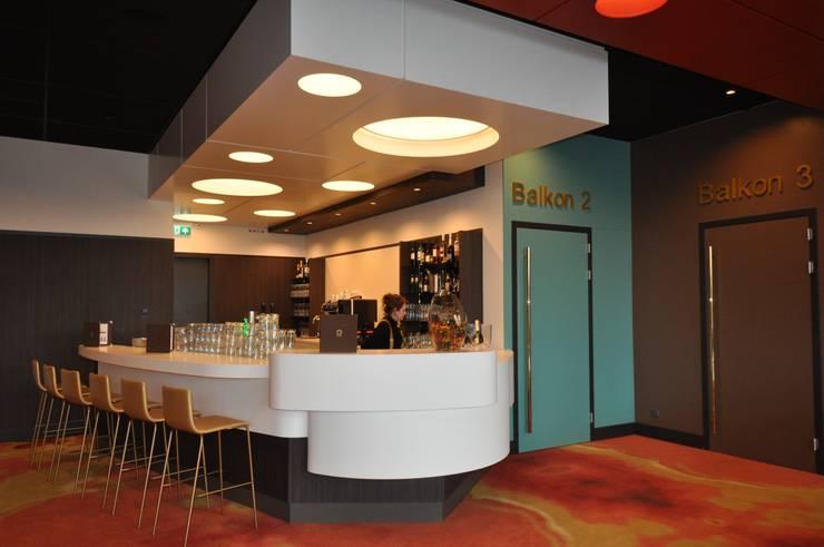 Bares y Clubs de estilo  por Bobarchitectuur, Moderno