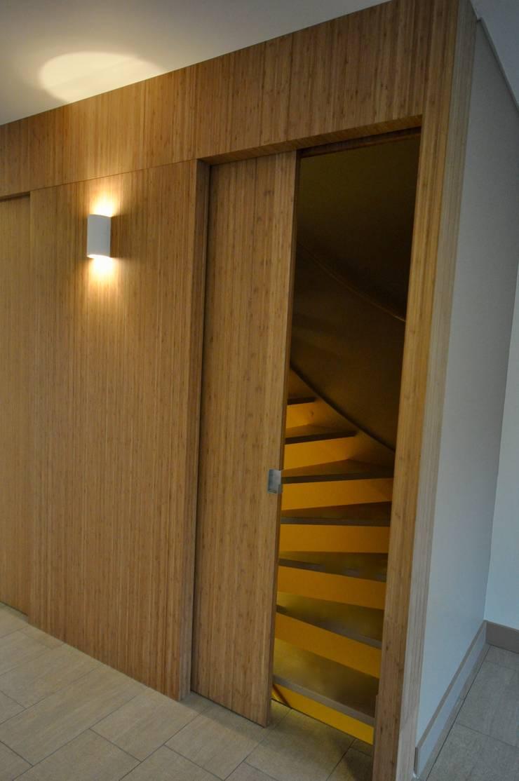 Trappenhuis:  Gang en hal door Bobarchitectuur, Minimalistisch