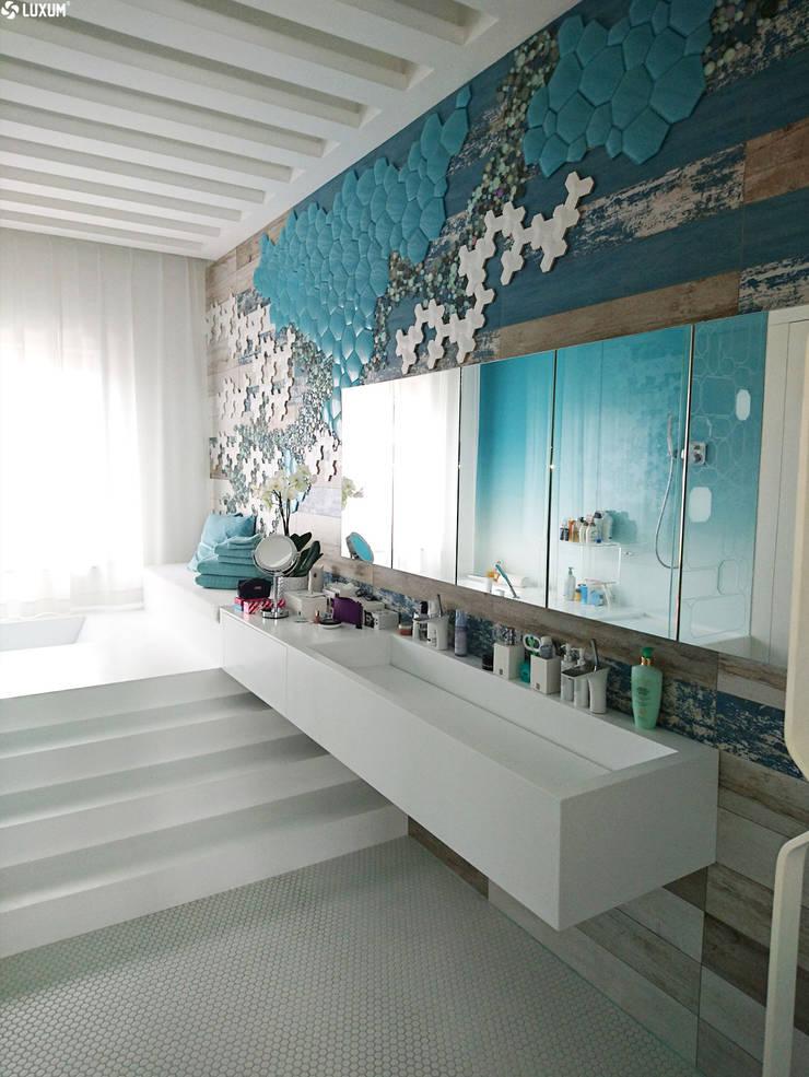 Nowoczesny salon kąpielowy: styl , w kategorii Kąpiel parowa zaprojektowany przez Luxum
