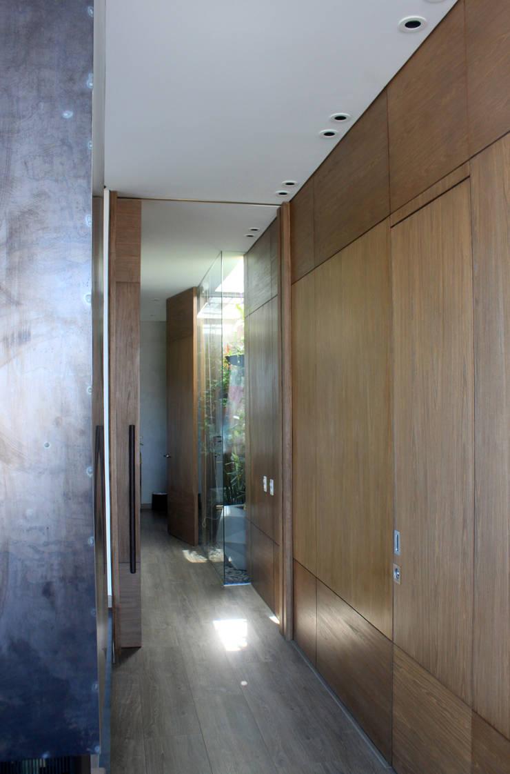 Remodelación Apartamento Echeverry: Pasillos y vestíbulos de estilo  por Contrafuerte Arquitectura