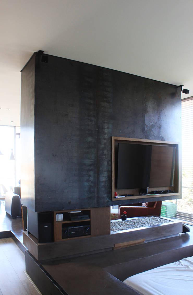 Remodelación Apartamento Echeverry: Salas multimedia de estilo  por Contrafuerte Arquitectura