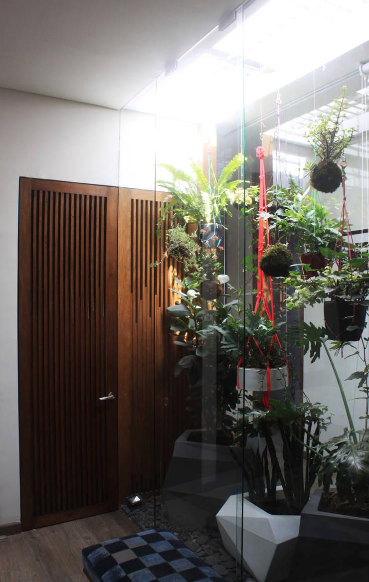 Remodelación Apartamento Echeverry: Baños de estilo  por Contrafuerte Arquitectura