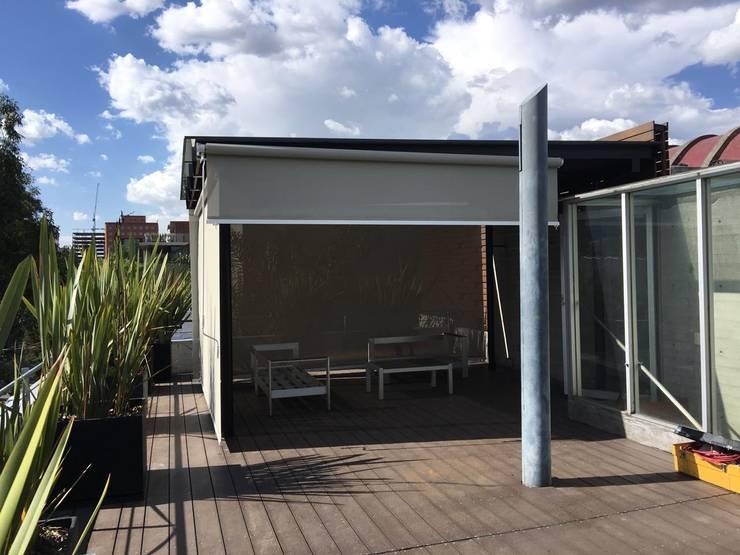 Toldo Vertical en Polanco: Terrazas de estilo  por Materia Viva S.A. de C.V.