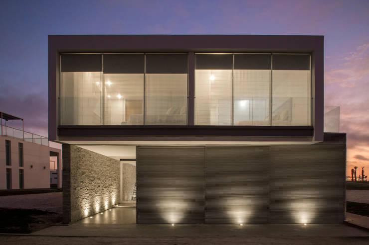 3 FAMILIAS – 3 CUBOS: Casas de estilo  por Chetecortés