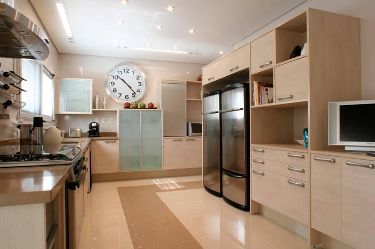 CASA H.E: Cozinhas  por Eustáquio Leite Arquitetura