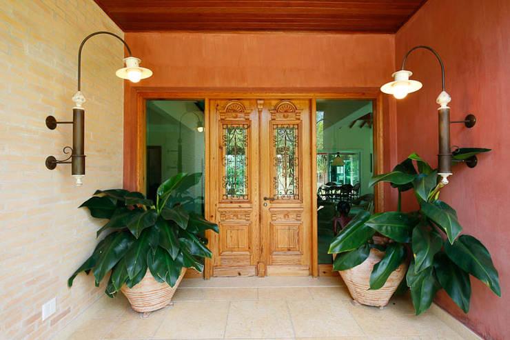 Pasillos y recibidores de estilo  por Eustáquio Leite Arquitetura