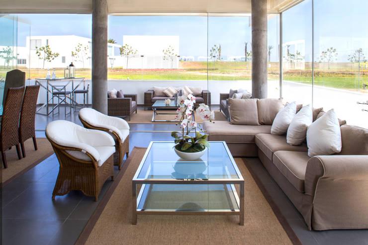 3 FAMILIAS - 3 CUBOS: Salas / recibidores de estilo moderno por Chetecortés