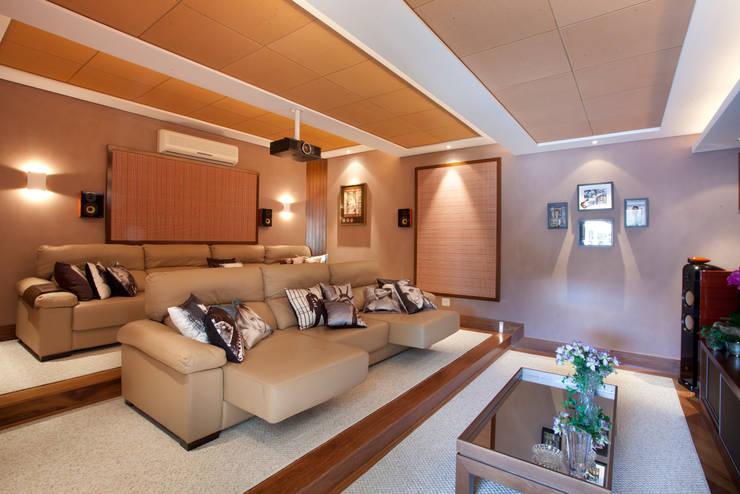Salas multimedia de estilo  por Eustáquio Leite Arquitetura