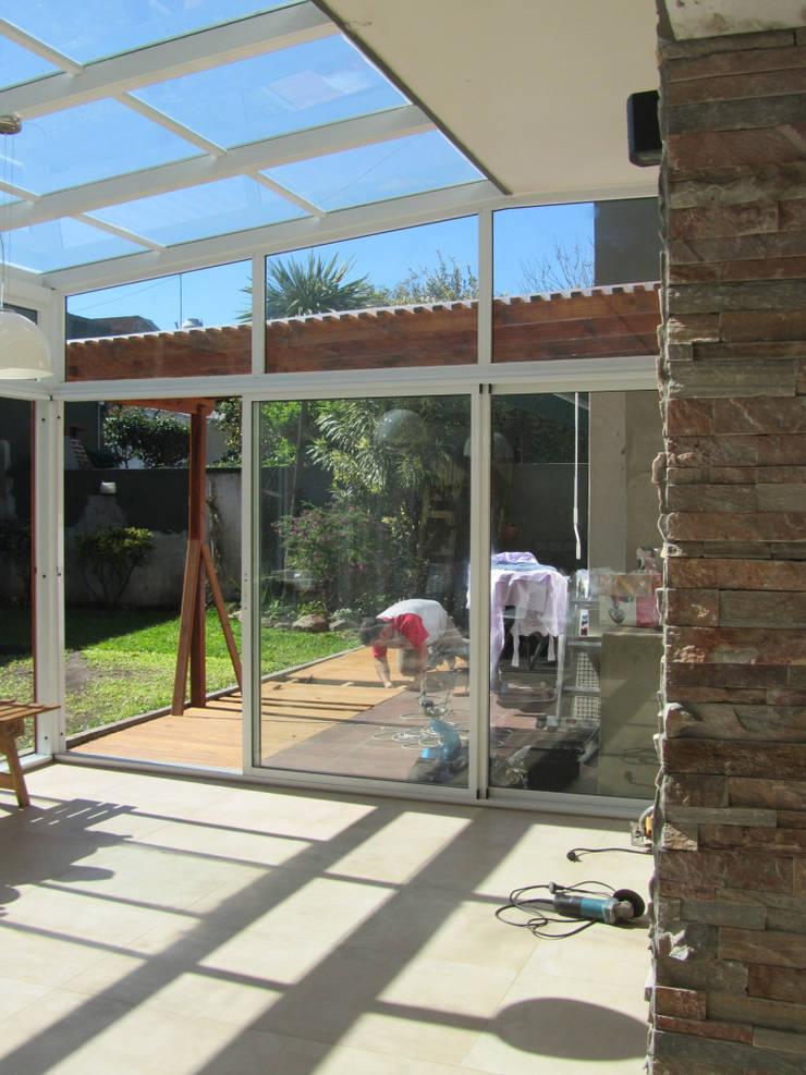 AMPLIACION DE CASA EN JOSE INGENIEROS: Comedores de estilo  por Arquitecta MORIELLO