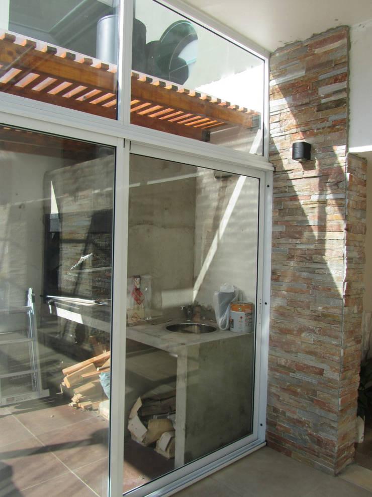 AMPLIACION DE CASA EN JOSE INGENIEROS: Jardines de invierno de estilo  por Arquitecta MORIELLO