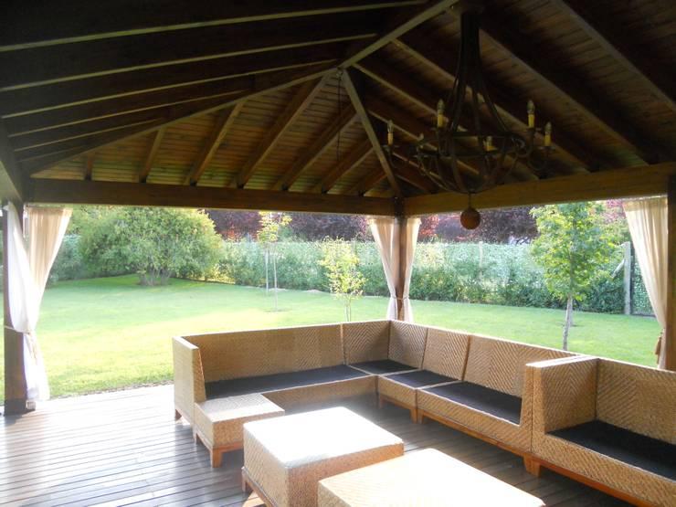 Iluminación central y direccionada: Jardines de estilo  por Hornero Arquitectura y Diseño,