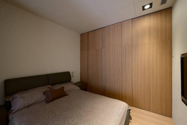 木質系溫暖宅:  臥室 by kimico.liu