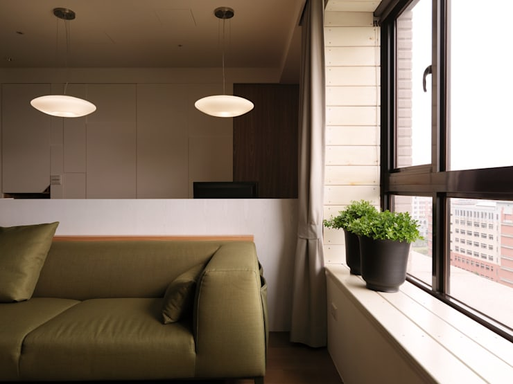 春分:  客廳 by 形繹室內裝修設計有限公司
